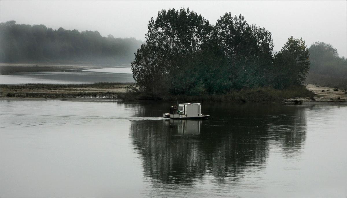 Chiatta di pescatori sul Po a Monticelli Pavese - Fishing barge on the river Po in Monticelli Pavese
