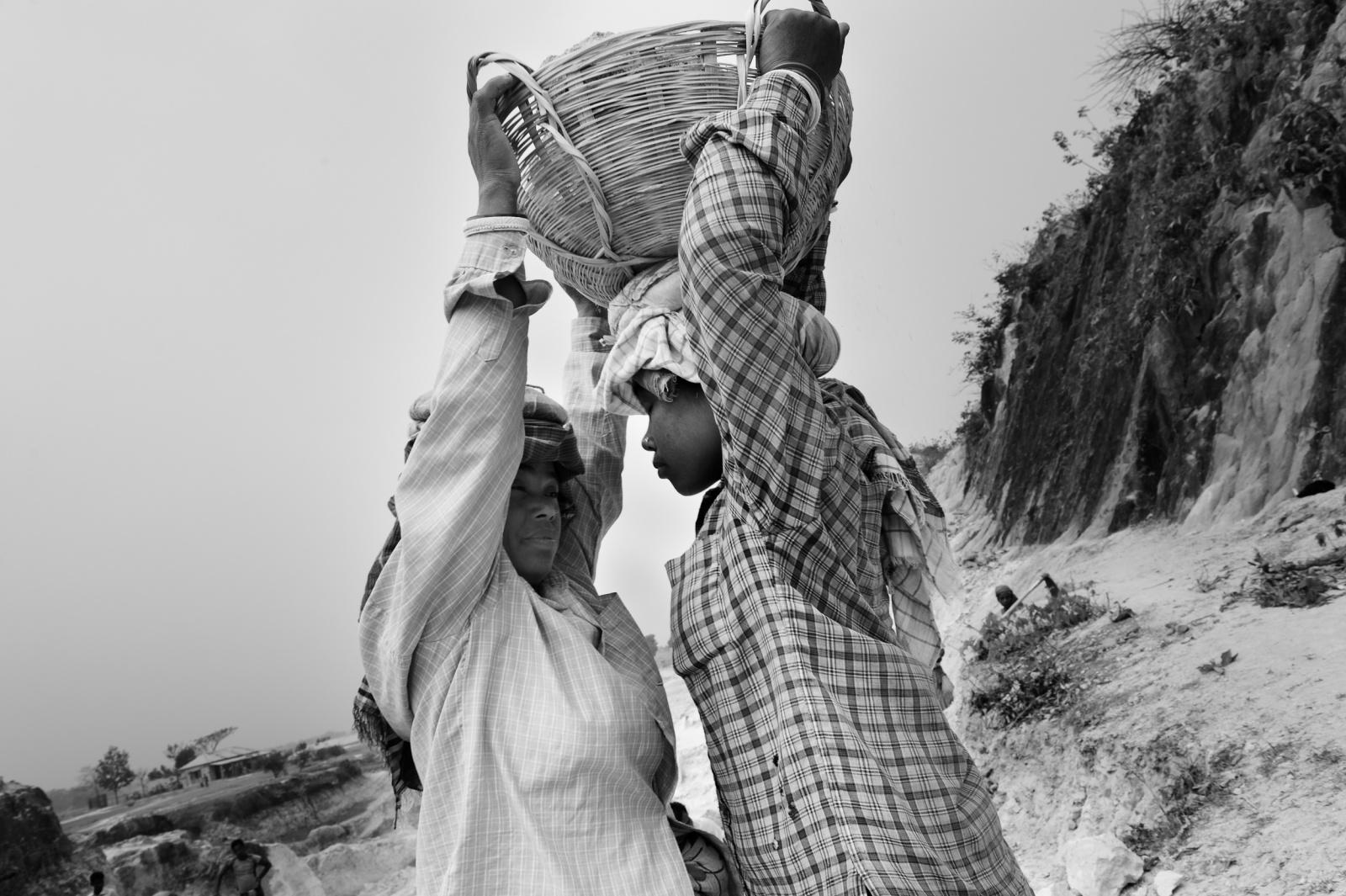 donne raccolgono sassi in una cava per la produzione edilizia